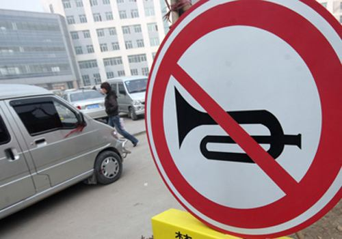 关于驾车有哪些乱鸣笛情况及其涉及违法吗?
