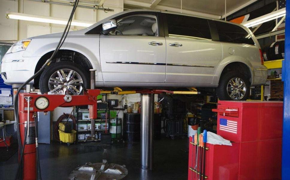 修车店员工偷开顾客车撞人,顾客可免责吗