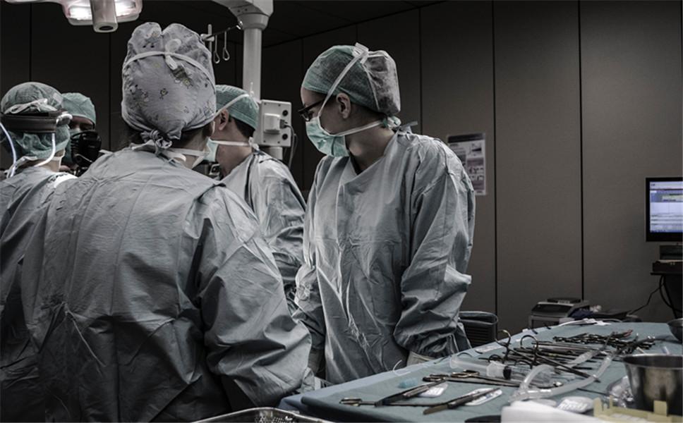 因工伤再次手术住院,医疗费由谁来承担?