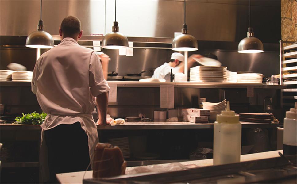 为什么员工在饭堂摔伤属于工伤?