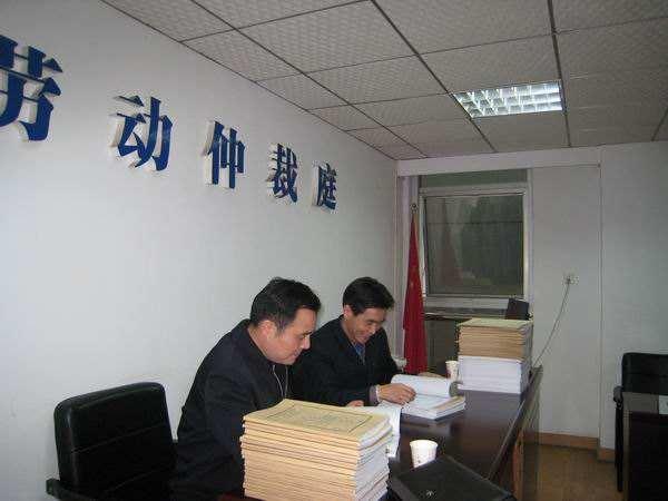 是否延期,由劳动争议仲裁委员会决定.