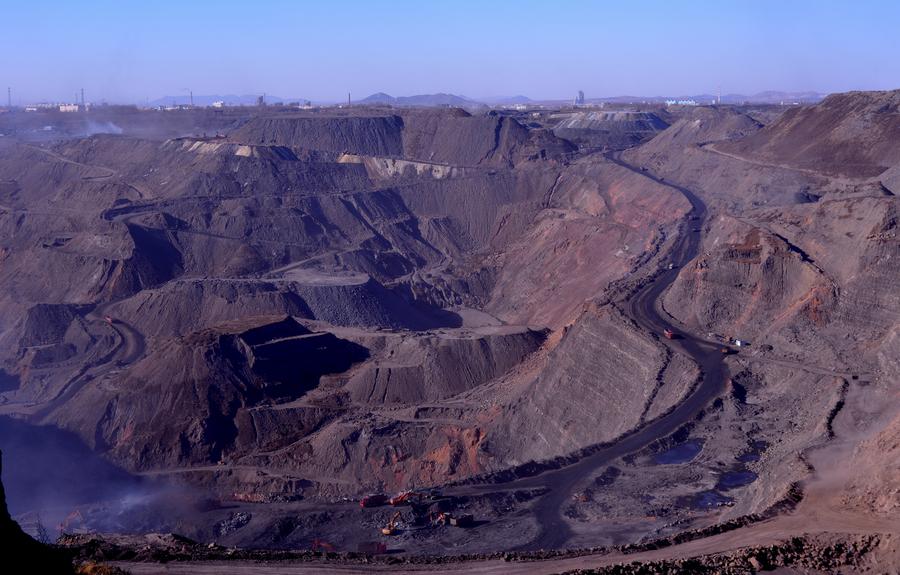 二、矿山安全的预防措施   1、制定扶持政策。随着开采深度的延伸,煤层压力和煤层瓦斯含量逐渐增加,煤与瓦斯突出的危险性增高,防治难度越来越大。高瓦斯及突出矿井煤层赋存条件差,容易诱发事故,同时又拥有丰寓的瓦斯资源。瓦斯实际上是一种能源,通过抽采不仅可以解决煤矿生产中的安全问题,而且可以提高资源的利用率,减少对大气的污染。因此,为了鼓励矿井瓦斯抽采工作,建议抽采瓦斯利用的收入应有特殊政策,而且鼓励瓦斯发电或开发新的瓦斯利用途径,尤其是低浓度瓦斯的有效利用,使高瓦斯矿井积极提高瓦斯抽采量和利用量。既提高