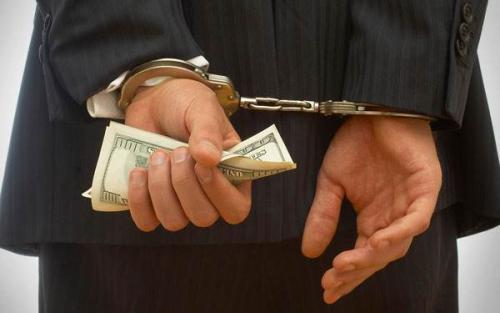 非法经营同类营业罪与为亲友牟利罪的区别是什么