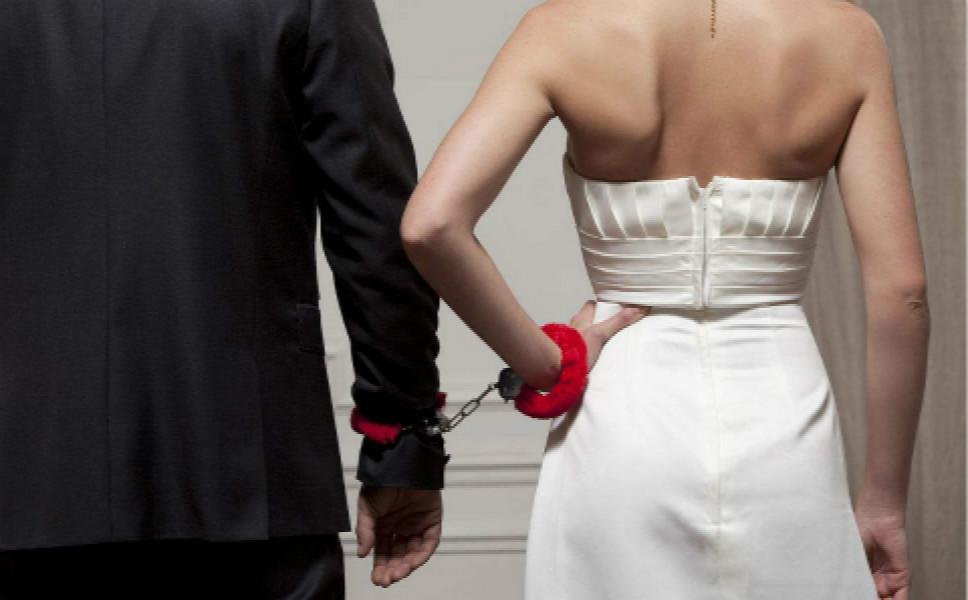 男子驾车碾压妻子逃跑!昔日夫妻,何至于此?