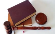 民事人身损害赔偿案被告可以不参加庭审