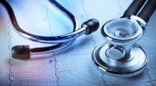 延误病人治疗并导致死亡法律规定处罚什么