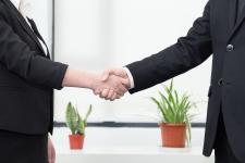 换股吸收合并协议范本,吸收合并跟控股合并有什么区别?