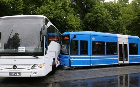 公交车事故,人身财产损失向谁索赔