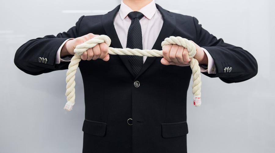 男子将人打进ICU后脱罪,徇私枉法罪的立案标准是怎样的