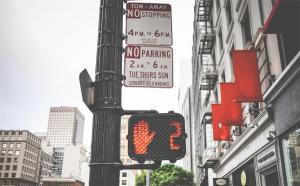 行人横穿马路被撞的事故责任如何认定?