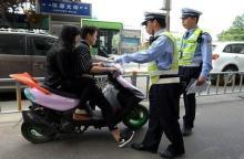 无证驾驶摩托车被抓到不去处理会怎样