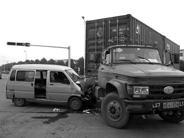 机动车撞到路边停靠车辆怎么办?谁的责任呢?